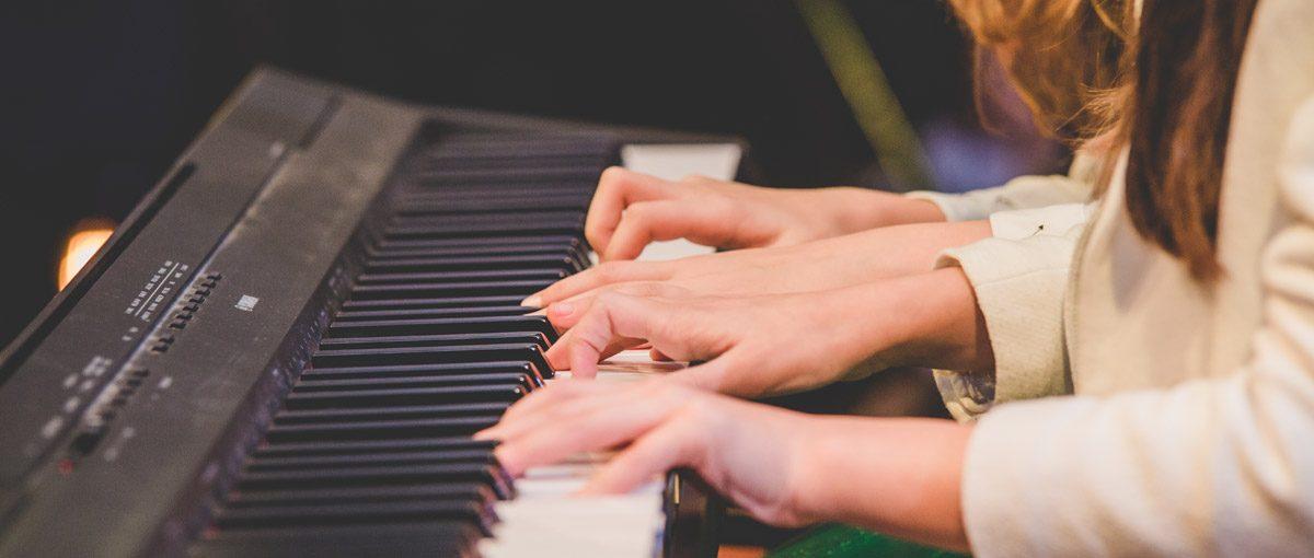 Beneficiile cursurilor de pian pentru dezvoltarea copiilor